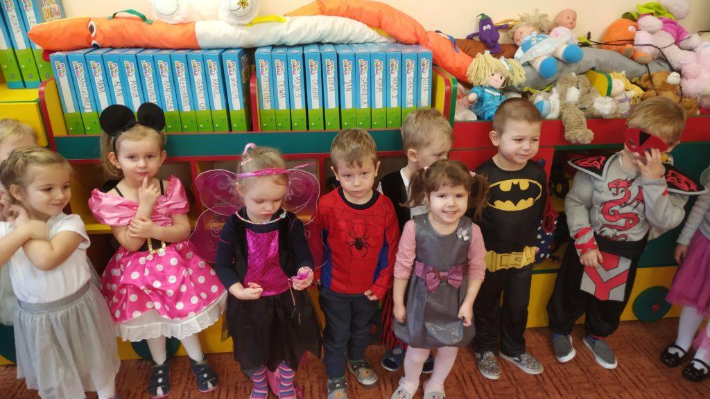 """,,Dziś w przedszkolu   śmiech i tańce. Z wodzirejem mamy bal. Przyszły różne przebierance z przystrojonych pięknie sal…"""""""